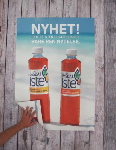 2-sidig plakat printet i 4 farger cmyk på 250 gr papir. Plakat vippes opp nederst i venstre hjørne for å vise at det er print på begge sider.