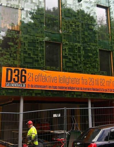 Tett pvc banner montert opp på bygning