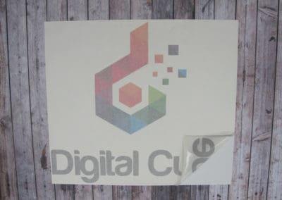 Logo i 4 farger printet på selvklebende folie, frontkonturskåret og premaskert