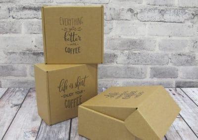 3 gaveesker i brun/brun bølgepapp. Rustikt og røft preg med sort print på brune gaveesker. Printet med slogans om kaffe.