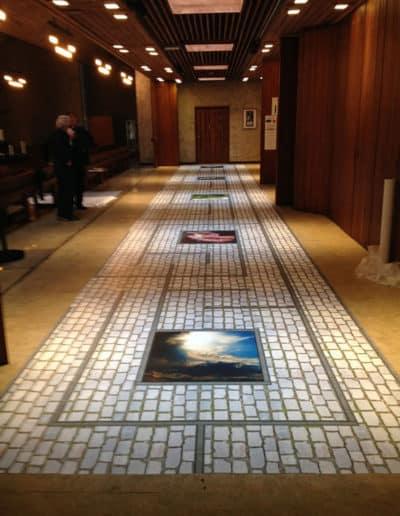 Floor graphic / gulvdekor med antisklilaminat. Her med brosteinsmotiv. Montert opp på gulv i en kirke.