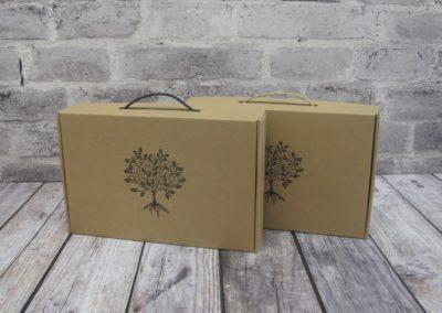 2 gaveesker i brun papp med 2 forskjellige type bærehanker.